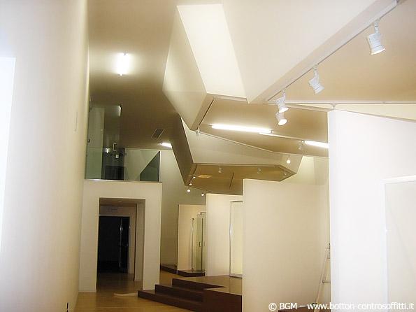 Volumi complessi e giochi di luce. La flessibilità d'uso del cartongesso consente di realizzare qualsiasi forma con un impatto architettonico davvero importante.